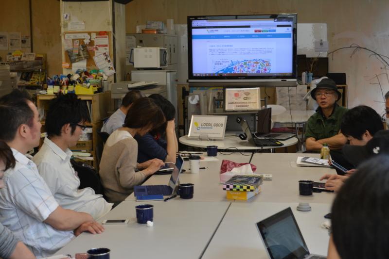 サポーターの方々に話す横浜コミュニティデザイン・ラボ杉浦裕樹代表(画像奥)